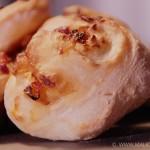 Pain roulé aux oignons et poivron rouge