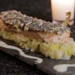 Saumon pané aux graines sur lit de fondue de poireaux